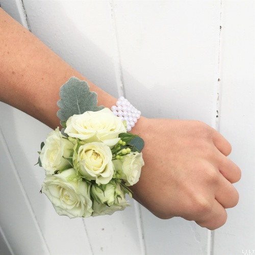 classic_corsage_roses